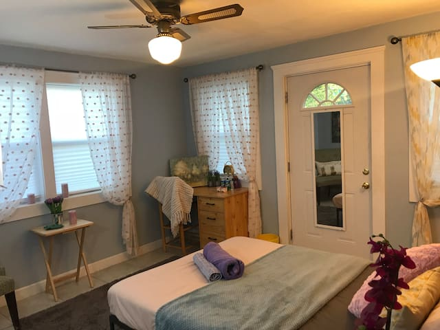 Sunny Room W/PARKING -EASY TO ACCESS RT9- I90- I95