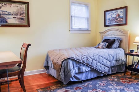 Inviting, single bedroom . - Falcon Heights - Bed & Breakfast