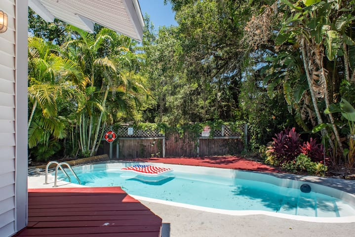 Heart of Tampa's Pet Friendly Bungalow with a Pool