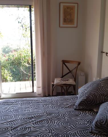 Devant la baie vitrée donnant sur le lever du soleil, literie confortable et jolis meubles.