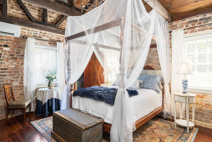 "Romantic, Riverfront ""Honeymoon"" Cottage"