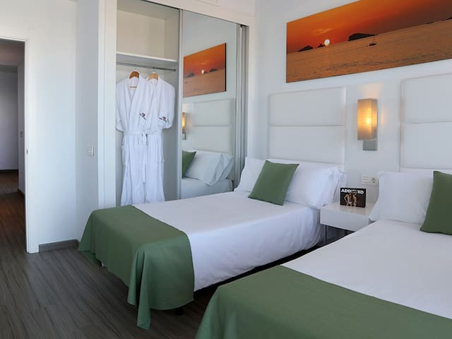 Axel Premium Deluxe 2 Bedrooms w Breakfast - 1Pax