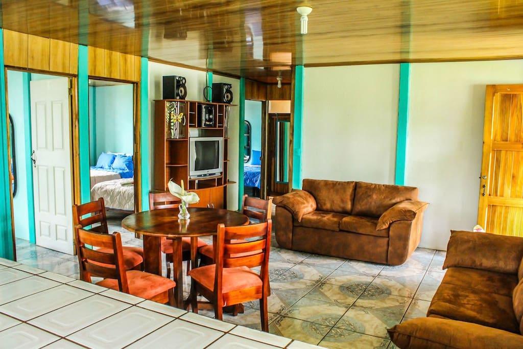 Kitchen area, living and dining room to share///área de Cocina, Sala, y comedor para compartir.