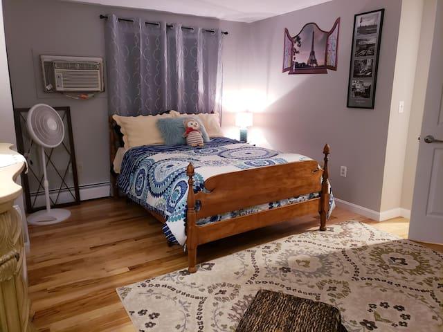 Quant bedroom in beautiful Maine!