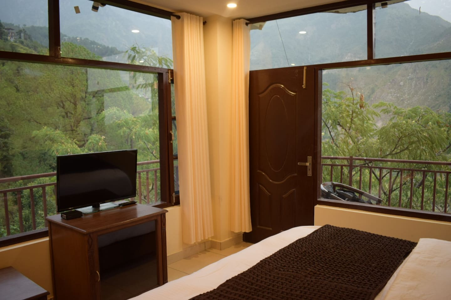 """The rooms give a view into the breathtaking valley and the Himalayan mountains. The location is some 10 -15 mins walk to His Holyness the Dalai Lama's Temple in McLeodGanj and just behind the cozy hipster café """" Illiterati""""."""