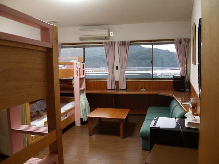 香川と徳島の間、瀬戸内海と安戸池の間、静かで眺めのいいドミトリー