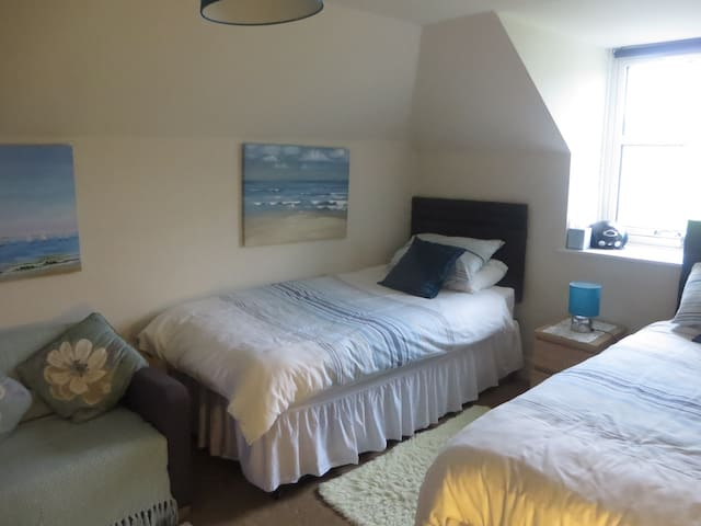 Twin Ensuite Room in Morar, near the beach.