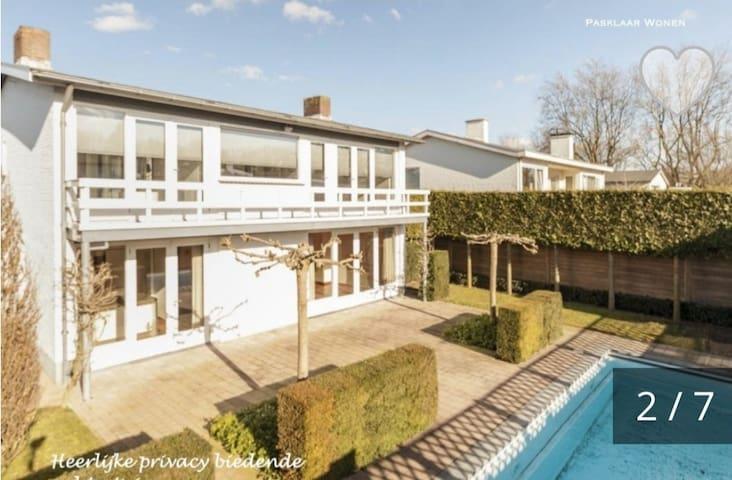 Entspannte Auszeit in luxuriöser Villa mit Pool