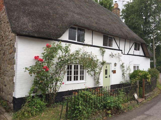 Idyllic thatched cottage, walkable to Marlborough