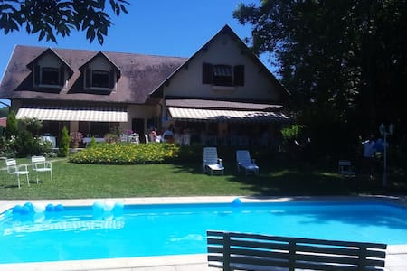 Spacious house with a garden and a swimming pool - Saint-Pierre-de-Chandieu - House
