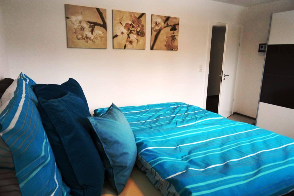 Schlafzimmer mit Boxspring-Doppelbett