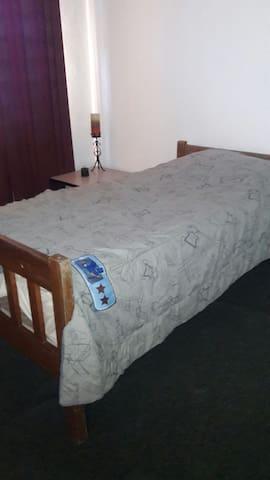 Esta habitación es muy amplia y puede compartirla con otras dos personas con colchones de piso por la suma de 10 dolares extras por persona