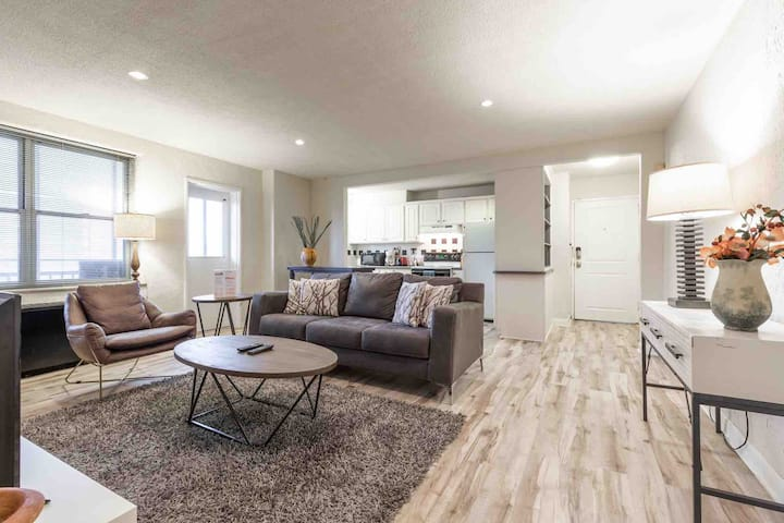 Modern 1 Bed Condo in Downtown Central!