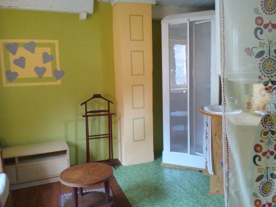 Petite  salle de bain au 1er! Avec un coin salon!  Ce n'est pas commun!