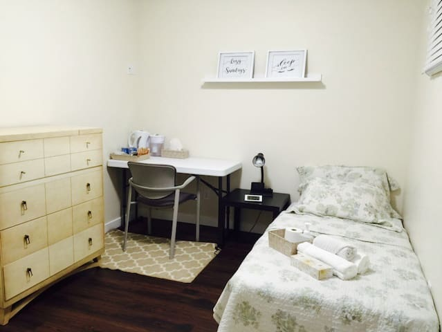 Cozy Room 7mins From Airport - Calgary - Bed & Breakfast
