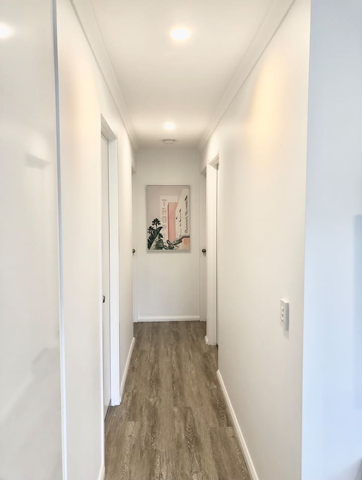 Bright, tidy and modern 300m to the beach