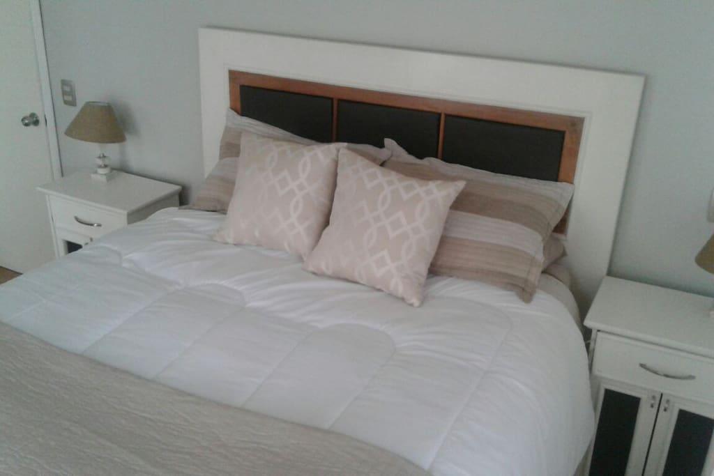 Comoda cama king, con respaldo madera reciclada.