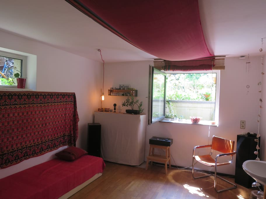 Das Zimmer - auf Wunsch größere Matratze verfügbar / your room