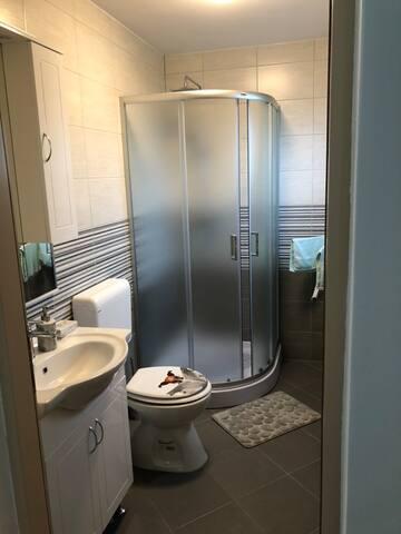 Kupaona sobe br.2 sa ručnicima,sapunom, čašama i toaletnim papirom.