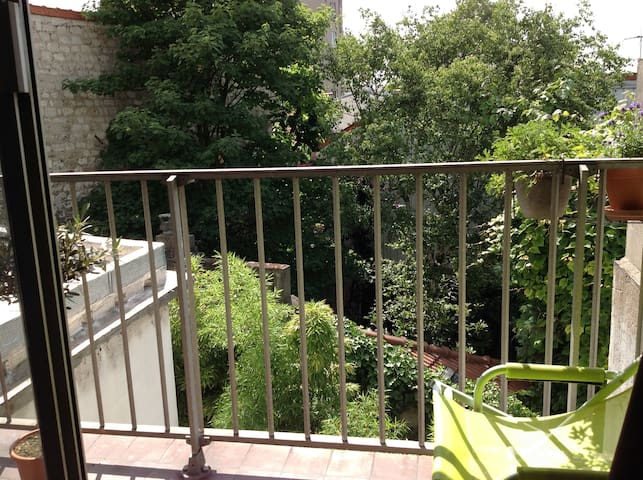 Spacious room with balcony, Paris Buttes Chaumont!