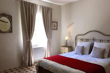 """Chambre d'hôtes de charme""""Lavande """" - Saint-Étienne-du-Grès"""