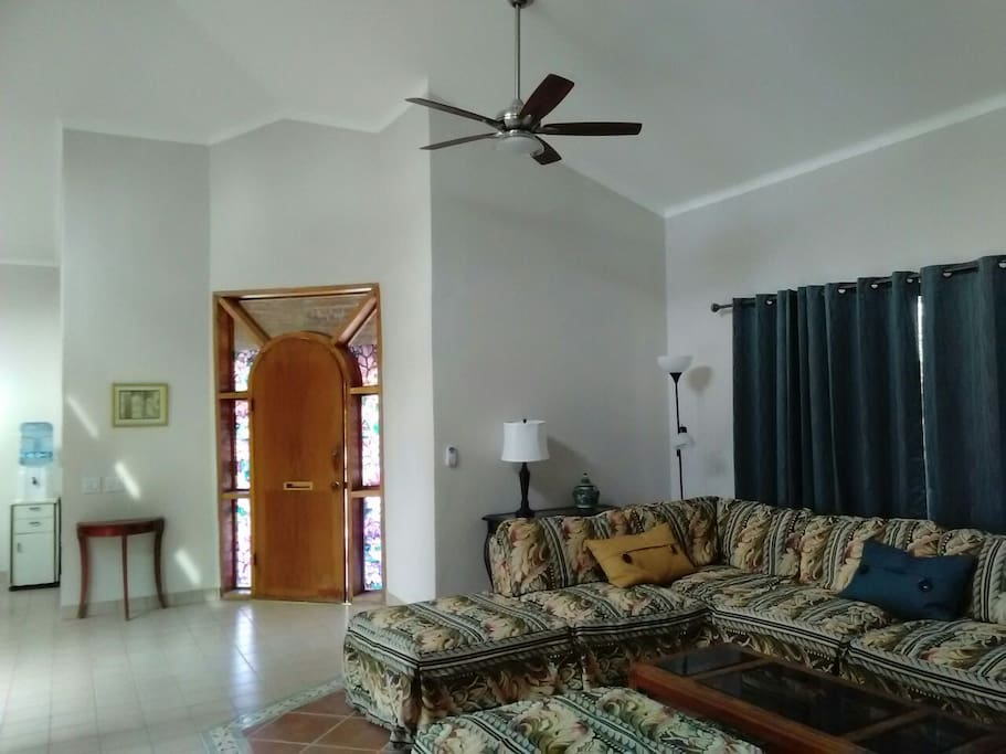 Spacious open floorplan with 14 ft ceiling