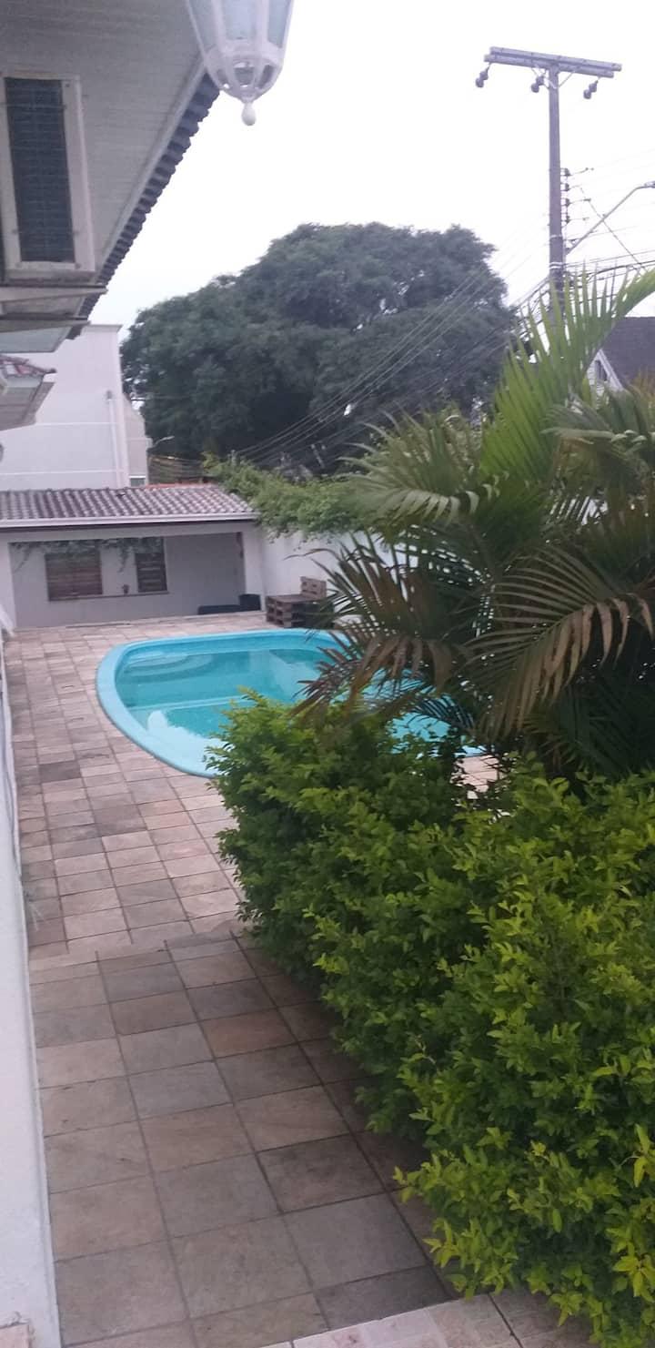 Suite para casal com banheiro privido e piscina