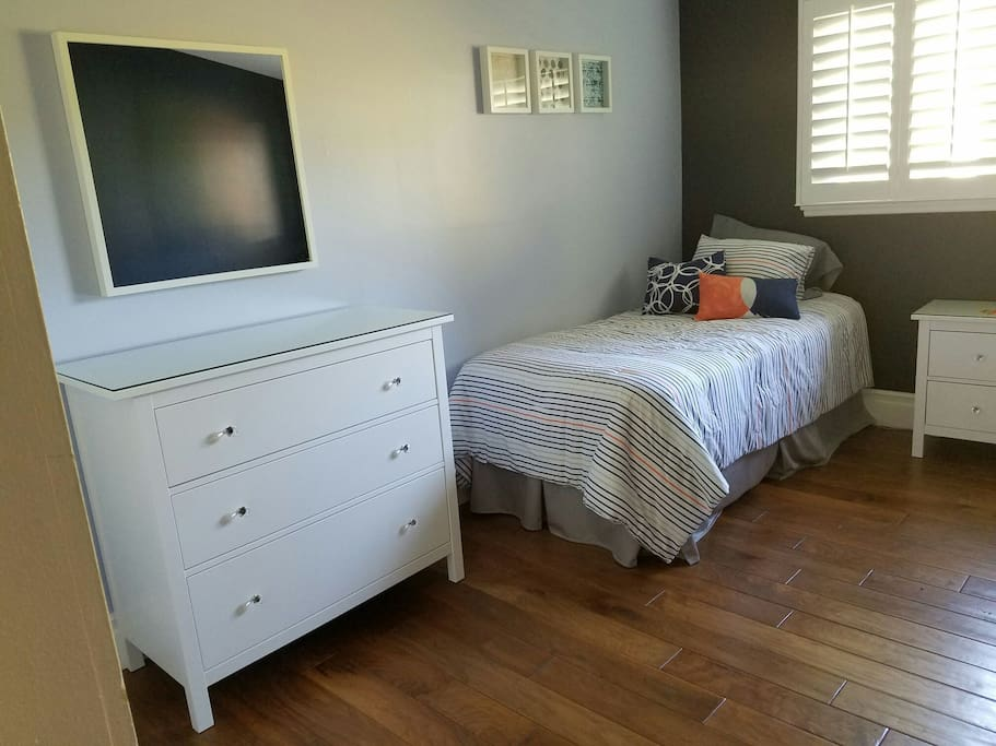 Twin bedroom - dresser and mirror