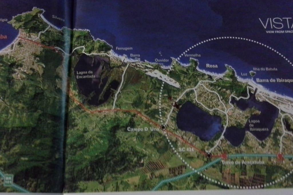 Mapa da região. Condomínio marcado com X, dentro do círculo, lado esquerdo, junto à lagoa.