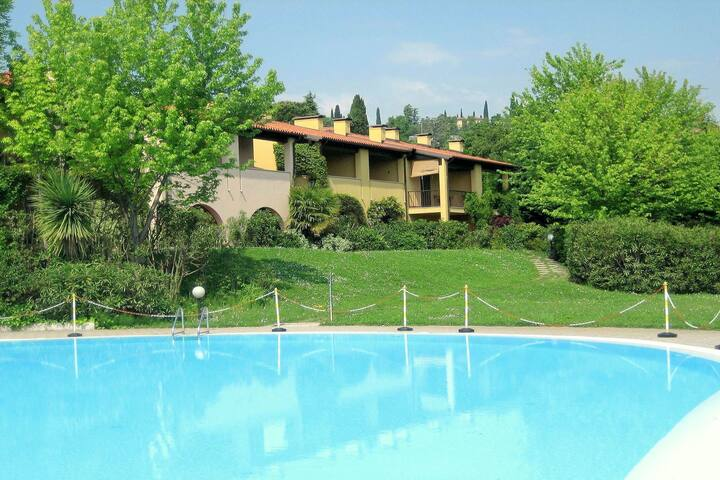 House with lake view and swimming pool near Golf Club and Lake Garda,with wifi