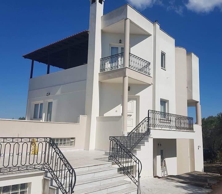 Villa with fantastic view and safe destination!