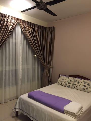Serene master bedroom near Bukit Indah - Skudai - Lägenhet