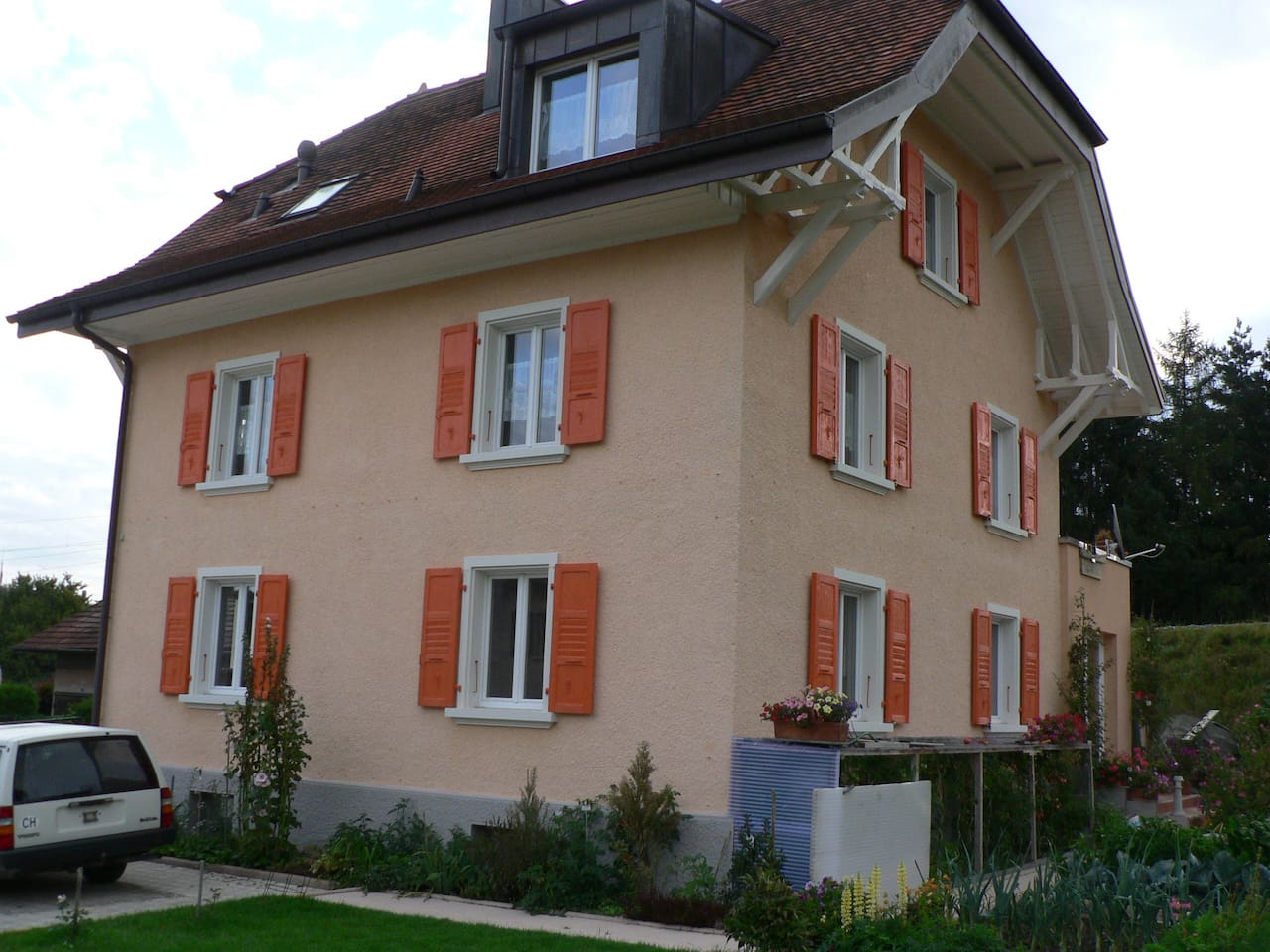 Ravissant rez-de-chaussée à proximité de Fribourg Votre appartement se trouve au rez-de-chaussée de cette maison individuelle rénovée. Tout à droite, vous trouverez l'espace cuisine avec une porte-fenêtre donnant sur une terrasse équipée d'une grande table et d'un barbecue (bois à disposition) attenante à un jardin avec étendoir; à gauche, une place de parc pavée peut accueillir plusieurs véhicules. Cette maison est bien insonorisée. Toutes les fenêtres (vitrage double) peuvent s'ouvrir en impost. Au sous-sol, une vaste buanderie (lave et sèche linge, étendoir) est à la disposition exclusive des voyageurs.