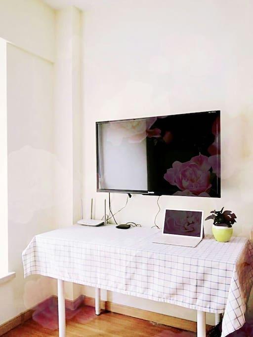 电视和工作桌