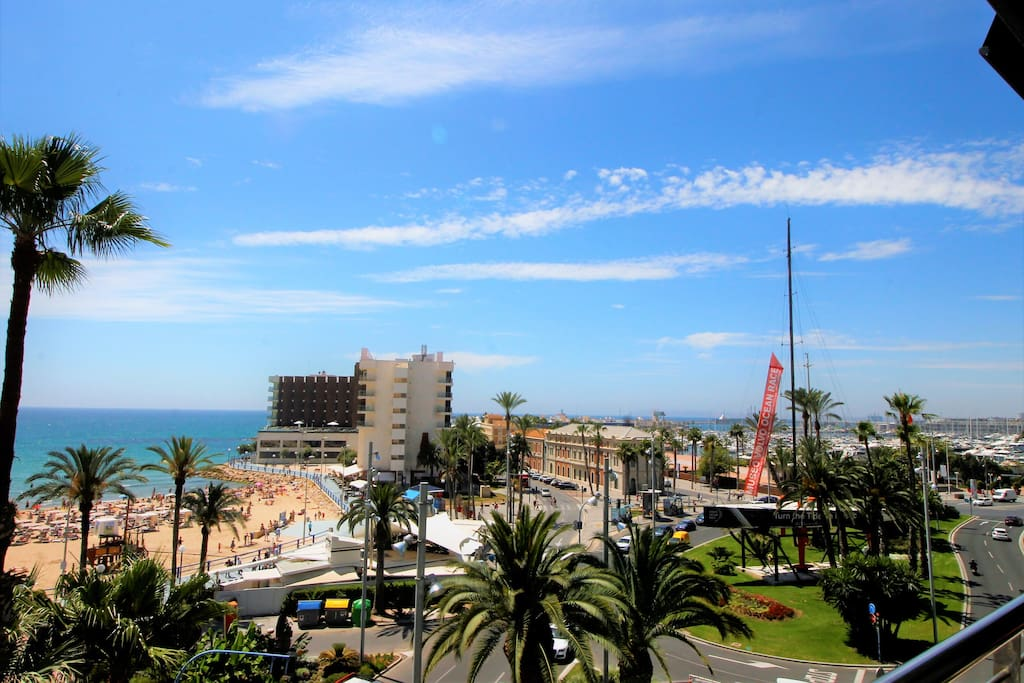Located very central, close to the beach, leisure, transport, shopping, cultural, medical offer of Alicante city.
