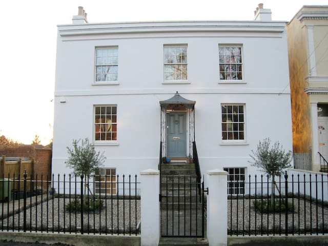 Two bedroom apartment in a Regency villa - Cheltenham - Apartment