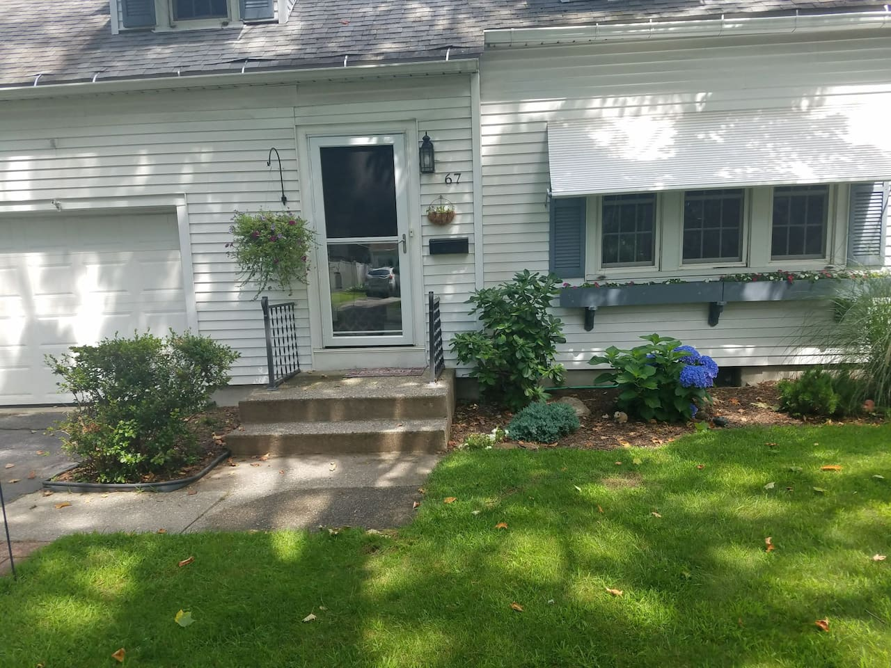 Private room on the second floor of a single family house in a nice, quiet neighborhood.Close to W.N.E.U. and SPFLD.COLLEGE.Minutes to MGM!