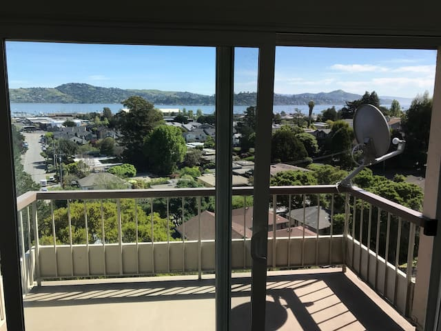 Master Bed & Private Bath with View of Sausalito - Sausalito - Apto. en complejo residencial