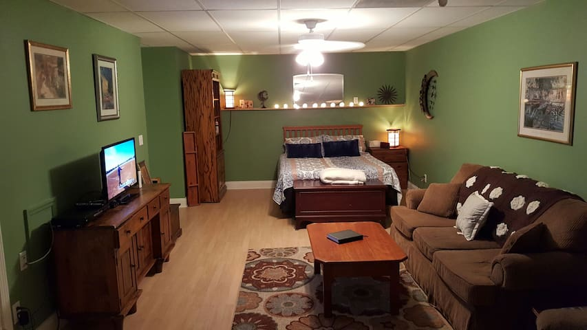 Cozy, clean and charming private room w/full bath - Acworth