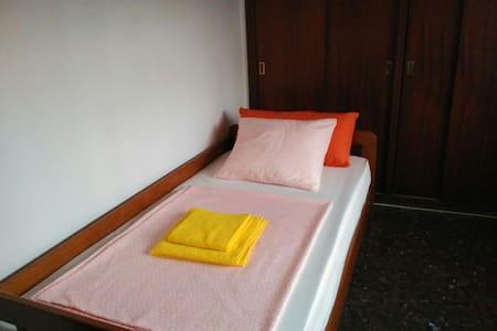 Single Room in centre WiFi Terrasa - Apartment