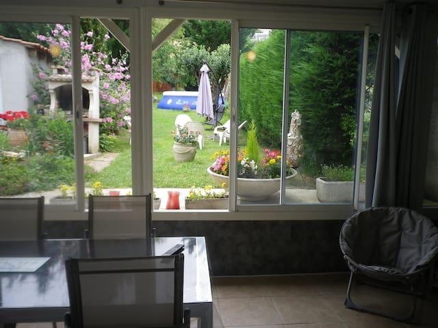 maison proche centre ville avec jardin au calme - Castres - บ้าน