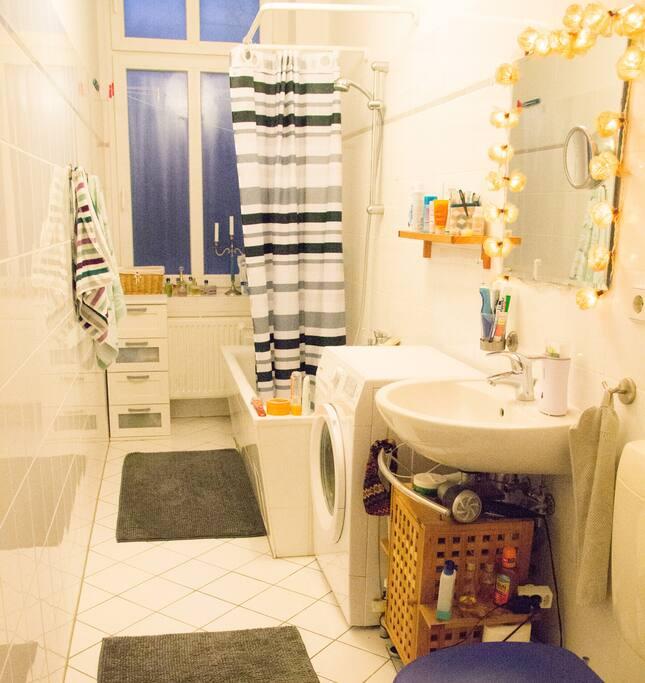 Gemeinsames Badezimmer mit Badewanne und Fenster
