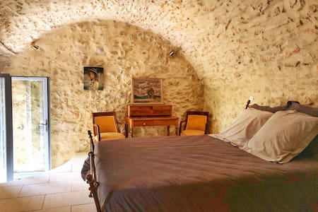 Bed and breakfast in historical silkfarm with pool