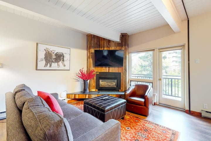 Remodeled ski-in/ski-out studio w/ modern decor, fireplace, & hiking trails!
