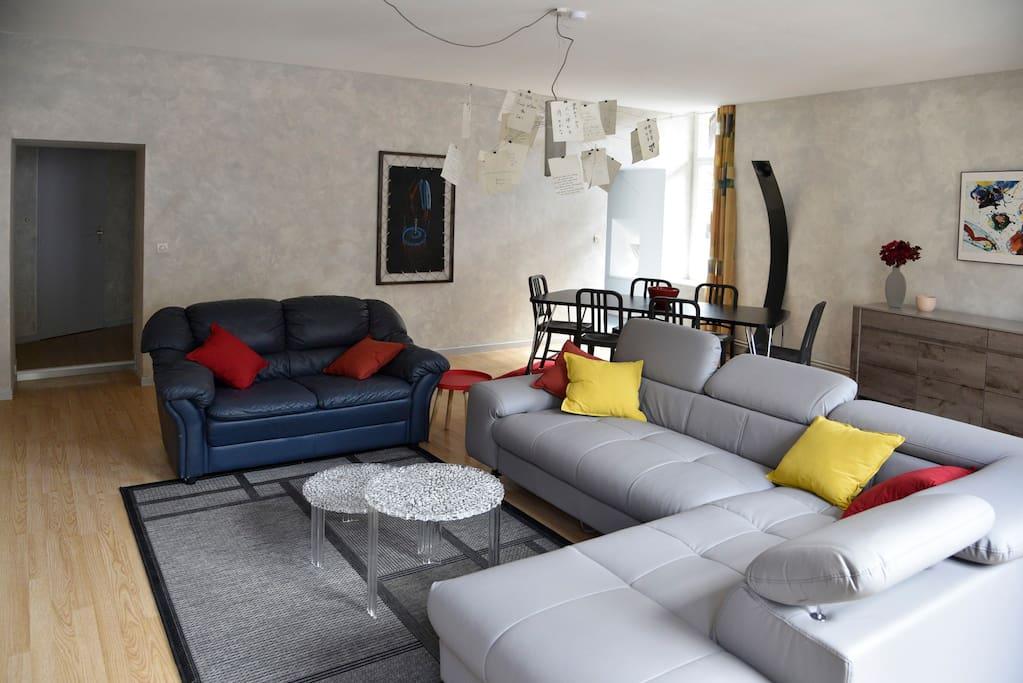 un canapé-lit permettant d'accueillir 2 invités