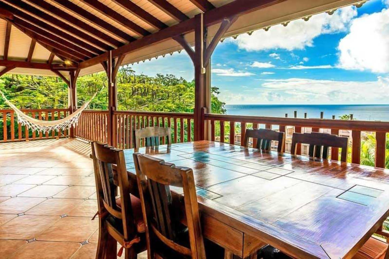 Terrasse avec vue sur la baie des anses-d'arlets