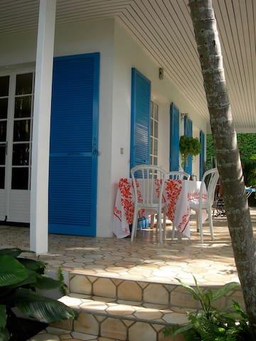 Grande chambre dans villa avec piscine et jardin