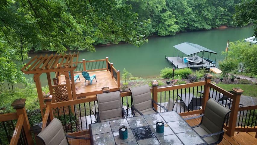 Keowee lakeside w dock, hot tub, 10 min to Clemson