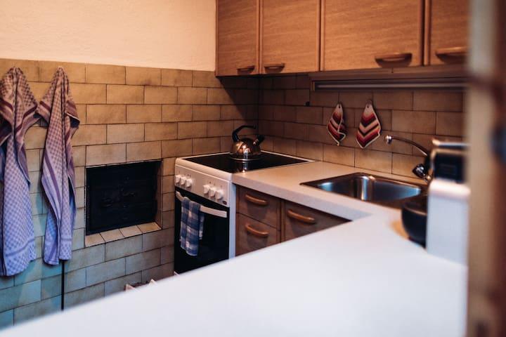 Küche mit Feuerstelle für Bauernofen