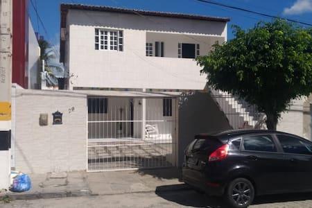 Quarto solteiro em casa de família em bairro nobre